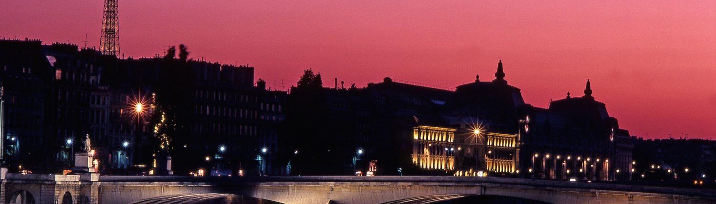 Bateau sur Seine ciel Rose coucher de soleil